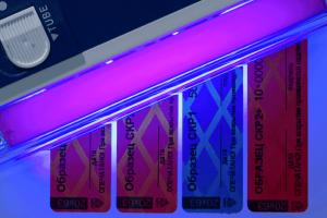 Отсутствие свечения термохромного рисунка под воздействием ультрафиолетовых лучей свидетельствует о попытке вскрытия пломбы-наклейки спиртосодержащими жидкостями или другими растворителями